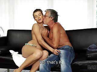 daddy4k। प्रेमी के साथ पूल के पास भावुक सेक्स