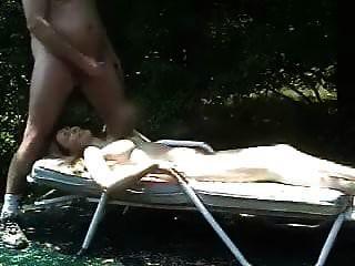 सार्वजनिक रूप से नग्न होकर धूप सेंकना