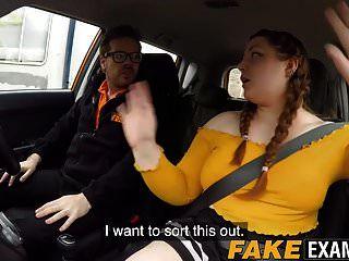 अंग्रेजी बीबीडब्ल्यू उसके ड्राइविंग प्रशिक्षकों को बड़े मोटे मुर्गा की सवारी करता है