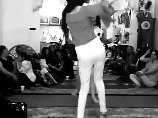 बिना पैंटी के साथ नाचती लड़की