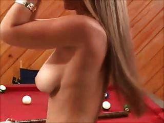 अच्छा सा स्तन बाहर के साथ टॉपलेस फोटोशूट