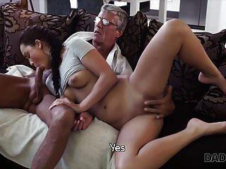 daddy4k। जब आप खेल रहे हों तो डैड आपकी प्रेमिका को चोदता है