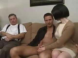 माँ बेटे को बहकाती है और पति को देखने देती है