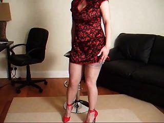 एक लाल पोशाक में महिला आकर्षक