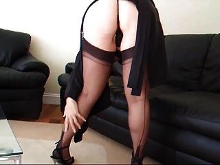 एक काले garterbelt और मोज़ा में आकर्षक महिला