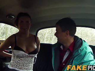 अद्भुत प्राकृतिक स्तन के साथ टैक्सी बेब उसके ग्राहक को खुश करता है