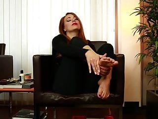 गोरी के सेक्सी पैरों पर क्रीम लगाने के लिए जॉय