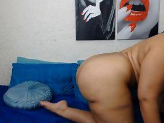 गर्म और सेक्सी लैटिना कैम बड़े स्तन और बड़े गधे पर dildo के साथ
