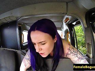 महिला टैक्सी ड्राइवर फिशनेट लेस्बियन को छेड़ते हुए