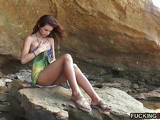 भव्य पतली किशोर समुद्र तट पर हस्तमैथुन