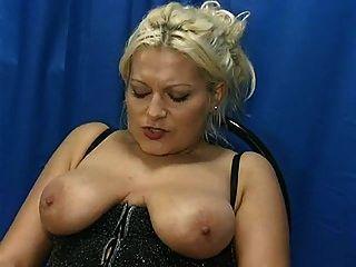 बड़े saggy स्तन milf गोरा पेशाब चूसने मुर्गा मोज़ा