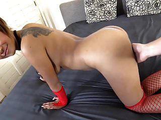 अपने पहले सेक्स वीडियो में सेक्सी युवा थाई लड़की