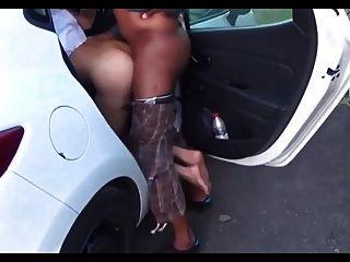 कार में अंतरजातीय doggystyle