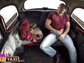 महिला नकली टैक्सी फिट टैक्सी ड्राइवर एक समर्थक की तरह मुर्गा की सवारी करता है