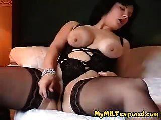 मेरे एमआईएलए अधोवस्त्र और काले मोज़ा में busty पत्नी उजागर