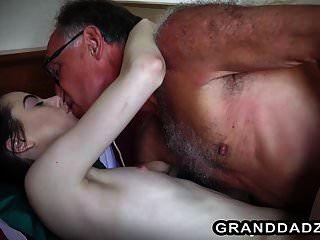 वरिष्ठ पुरुषों द्वारा गड़बड़ किशोर के साथ सबसे अच्छा वीडियो के 3