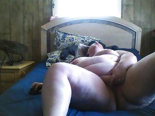 बीबीडब्ल्यू बिस्तर पर उसकी बिल्ली रगड़