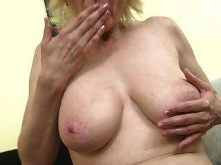परिपक्व माँ के साथ पागल स्तन खिला बिल्ली