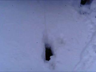 ब्रिटेन फूहड़ विकी पी बर्फ में