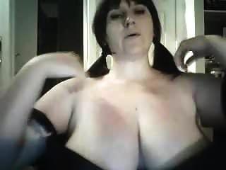 विशाल स्तन के साथ खेल रहा है