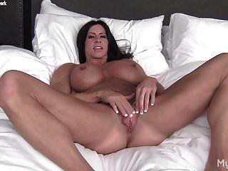 नग्न महिला बॉडी बिल्डर अपने बड़े क्लिट और बिल्ली के होंठ के साथ खेलती है