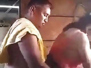 कपड़े धोने में बहू को चोदने वाला नेपाली बाप