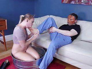 गंदे जवान गोरा आदमी की गांड और पैर खाते हैं