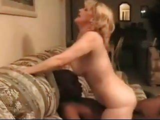 पत्नी पति के चेहरे पर बीबीसी बैठती है