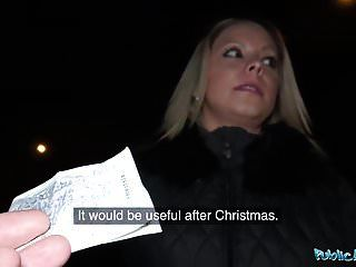 सार्वजनिक एजेंट सड़कों पर सेक्सी गधे के लिए शिकार