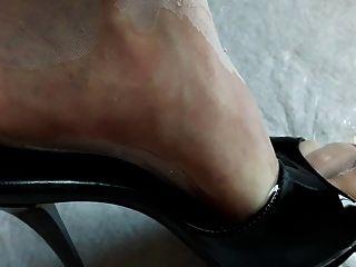 नाइलन के मोज़े और ऊँची एड़ी के जूते पेशाब में लथपथ