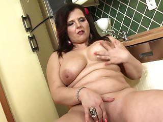 बड़े स्तन और बड़े गधे के साथ सही माँ