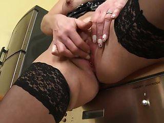 पॉश सेक्सी शरीर और स्तन के साथ परिपक्व एमआईएलए