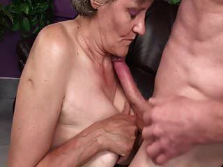 दादी बूढ़ी योनी सींग का बना हुआ है