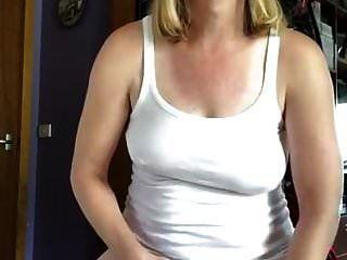 एक गीला टीशर्ट बनाकर मेरे ऊपर पेशाब करना और डालना