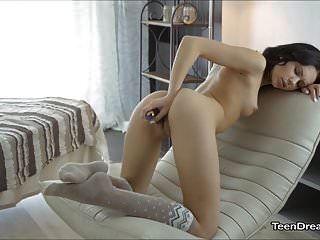 नोरा एक गिलास डिल्डो के साथ खुद का ख्याल रखती है