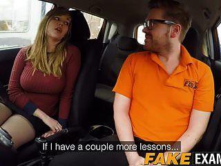 सुडौल ब्रिटेन स्कंक मैडिसन स्टुअर्ट ड्राइविंग स्कूल कार में टक्कर लगी