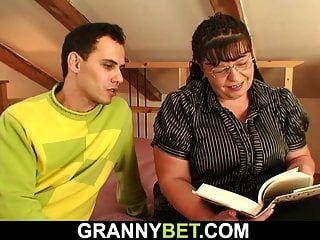 बड़े स्तन किताबी कीड़ा खेलने के लिए उठाया जाता है