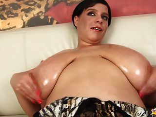 एमआईएलए उसे तेल से सना हुआ राक्षस स्तन दिखाता है
