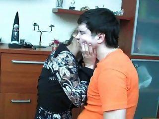 रूसी परिपक्व shenythia पकड़ा लड़का हस्तमैथुन