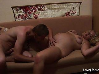सेक्सी गर्भवती सुनहरे बालों वाली लड़की को सुखदायक करते हुए फिल्माया गया है ।mp4