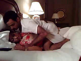 होटल में नई शादीशुदा भारतीय जोड़े