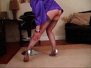 ग्रे स्टॉकिंग्स और एक नीले साटन पोशाक के साथ महिला आकर्षक