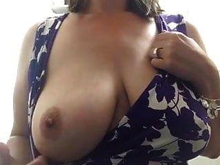 बड़े स्तन एमआईएलए केबिन में स्तन दिखा