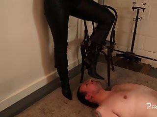 मेरे बूट, वेश्या स्वाद! अपनी मालकिन की सेवा करो, गुलाम