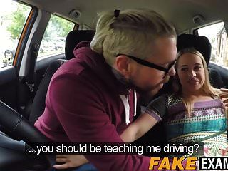 ड्राइविंग क्लास के दौरान मुर्गा लालसा करने वाले ब्रिटिश टकसाल