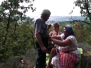 दादा को अपनी पत्नी से युवा सुनहरे बालों वाली लड़की को बकवास करने की अनुमति है