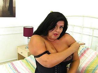 सुडौल बड़े स्तन ब्रिटिश परिपक्व माँ जंगली हो रही है