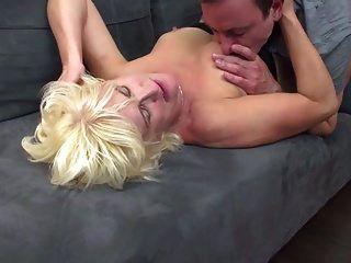 परिपक्व माँ भाग्यशाली बेटे को चूसना और बकवास करना
