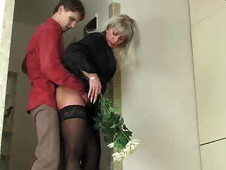 गर्म रूसी saggy स्तन माँ बेकार है युवा आदमी मोज़ा