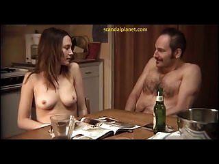 वेरा फार्मिगा नीचे हड्डी स्कैंडलप्लेट में हस्तमैथुन करती है